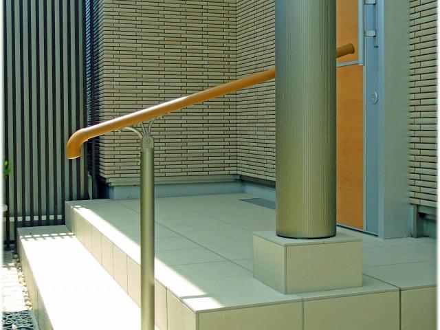玄関の介護リフォームは段差・床材・手すりがポイント!